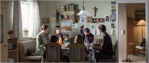 La  famille réunie: Francisca Weisz ( la mère ) , Klaus  Michaël Kamp ( le père , Lucie Aron( la gouvernante) , Maria ( Lea Van Acken )  et  les  autres  enfants