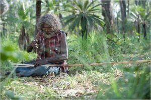 Charlie  fabrique sa lance traditionnelle  pour la chasse...