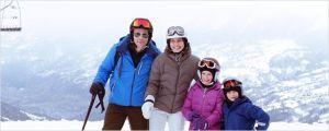 La  famiile  réunie  sur les pistes . Johannes  Bah Kunhkle , Lisa  Loven Kogsli  , Clara  et  Vincent  Wattergren (  les enfants )