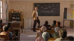 l'instut  (  Viggo Mortensen ) face  à  sa  classe   du plateau de l'Atlas