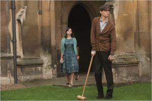 Stephen (  Eddy  Redmyne )   commence  à faire  face ,  sous le regard de  Jane  (  Félicity Jones )