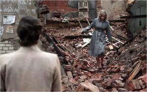 Nelly ( Nina  Hoos)  erre  , à la recherche de  Johnny ,dans les  ruines de  Berlin