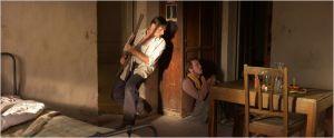 Daru ( Vigo  Mortensen et Mohammed ( Reda   Kateb)  réfugiés dans l'école,   se  protègent de  la  violence