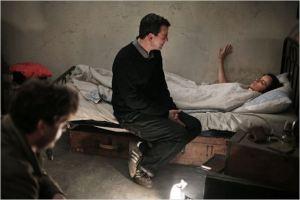 scène de  tournage . au premier  plan à  gauche ( Christian Petzold )  dirige  la scène du huis  clos  où  Johnny ( Ronald  Zerhfeld )   cherche  à convaincre  Nelly (  Nina  Hoos) de   jouer  le rôle de  sa  femme revenante ...