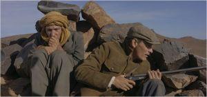 Viggo  Mortensen et Reda  Kateb  en   position de  défense dans le désert