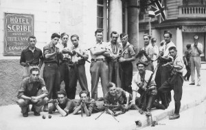 Maquisards posant devant l'hôtel Scribe en juillet 1933