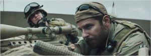 Kyle  ( Bradley Cooper )   avec  son arme  en pleine concentration