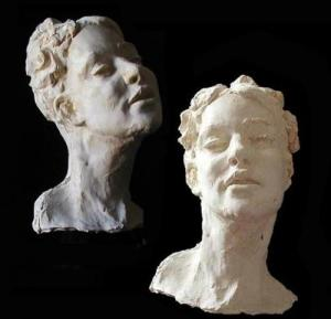 Avec Louis Dollé, l'image y est Avec sa barbe rousse taillée en pointe, ses cheveux perpétuellement en bataille,  le sculpteur (mais pas que…) Louis Dollé est un habile compromis entre un faune est Camille Rodin.  Du deuxième, il a en commun la sculpture, du premier… Jacques Barbarin: Louis, la première fois que je t'ai vu, tu sculptais des portraits en bois d'olivier sur le cours Saleya.  Je te parle d'un temps que les moins de vingt ans ne peuvent pas connaître. Mais tu es aussi dessinateur, peintre, et tu as ouvert une école, «L'orange bleue». Tu te revendiques comme «ymagier». Louis Dollé: L' ymagier, au Moyen-âge, c'est celui qui dessinait les plans de la cathédrale, qui dessinait les vitraux, qui cherchait aussi les pigments qui correspondaient, qui dessinait les statues, qui peignait les cathédrales: il était donc aussi peintre, il faisait les enluminures… donc les images. J.B: Lorsque j'interroge des gens de théâtre, je leurs pose toujours comme question préliminaire le sens et l'origine du nom de leur compagnie théâtrale. Ton école s'appelle «L'orange bleue». Est-ce une référence au vers d'Eluard (La terre est bleue comme une orange) au film «Tintin et les oranges bleues» ou est-ce venu à la fin d'un repas particulièrement arrosé, car tu n'es pas un abstème 1? L.D: Tu regroupes les trois hypothèses. Tu sais que j'ai les yeux bleus et la «poilure» orange, j'ai créé  avec Gaëlle Abolivier «L'orange bleue» aux Diables bleus» ²,  et c'est là que nous avons donné nos premiers cours de dessins. Nous avons donné ce nom car orange et bleu sont deux couleurs complémentaires. C'est un nom qui a coulé de source, car tous les deux, car nous n'aimions pas les jeux de mots avec «art» dedans, comme «Tête de l'Art». On s'est demandé ce qui représente le mieux la peinture si ce n'est la couleur. J'ai donc pensé à Paul Elurad et Gaëlle m'as dit: «Ah! c'est une bonne idée, mais il n'y a pas un film qui s'appelait Les oranges bleues?» Et c'est en buvant un petit coup qu'on a f