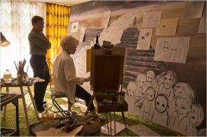 Margaret ( Amy Adams )  au travail , sous surveillance de  son amri ( Christoph Walz)