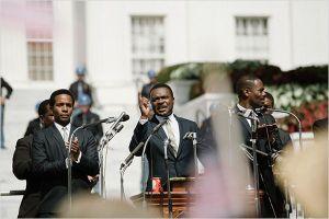 Martin luther  King ( David  Oleyowo, au centre )  monte à la  tribune