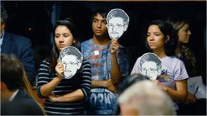 Une  conférence  où le portrait  de  Snowden, est   montré par  les  specateurs