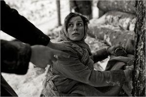 Erna ( Laura Peterson)  sous surveillance dans le  camp.