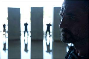 Elias  (  Richie  Coster ), un des  cybercriminels,