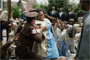 Une scèn de la manifestation réprimée  . Au centre  Oprah  Winfrey  frappée  par  un policier