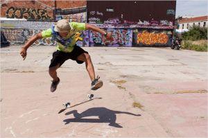 Skateur en action sur la dalle du Palais de  Tokyo