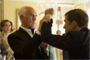 Walter ( Christoph Waltz )   menace le critique ( Terence Stamp )  hostile  lors de l'exposition.  hostile  , fa