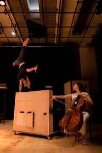 Joris Frigério l'Esprit )  équlibre sur le piano , à  côté du Violoncelle  virtuose d'Astrig  Siranossian.