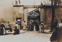 La sortie de l'Usine Lumière  à Lyon.
