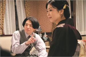 le jeune amant  secret (Hidetaka Yoshioka )  en compagnie de la maîtresse  de  la Maison Rouge.
