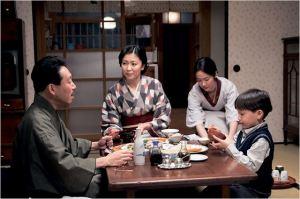 les Maitres de maison , le père ( Takataro Katoaka, La  mère ( Takatari Matsu , la  Bonne  ( Haru Kuroki)  et l'enfant   du  couple .