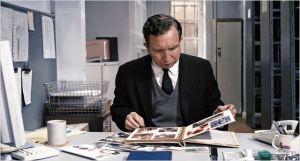 John ( Eddia Marsan ) a  son bureau de travail