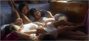 une scène du  film  . les sœurs  enfermées dans la maison