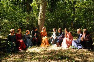 sous les arbres du jardin de la villa  campagnarde  , on y raconte les histoires