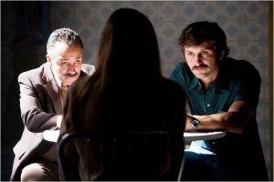 Les deux policiers ( Javier  Gutierrez  et Raul  Arevalo )  en   plein interrogatoire