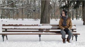 Anton ( Renat Shuteev )  dans le parc  en attente du rendez-vous avec  son contact...