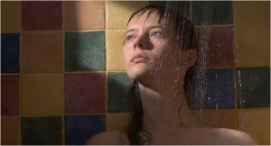 Sangaïlé ( Julija Steponaïtyté)  , sous la douche  au prise  avec ses  angoisses