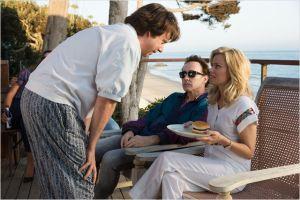 débout penché , la  gourou ( Paul Giamatti)  , face  )  John Cusack ( Brian Wildson  en dépréssion )  et Mélinda ( Elisabeth Banks