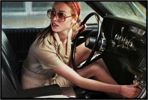 Dany ( Freya Mavor ) , la dame dans l'auto