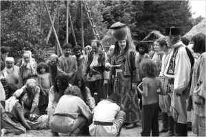 Le potentat ( au centre chapeau en fome de vas e sur la tête va décider du châtiment