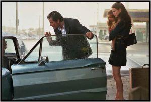 Le patron ( Benjamin Biolay ) et sa femme ( Stacy Martin) , à l'aéroport