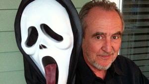 """Wes Craven avec Le célèbre """"masque"""" de son Film Scream"""