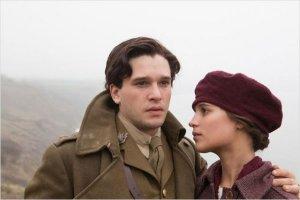Roland ( Kit Herrington ) et Véra ( Alicia Wikander ) les adieux avant le départ au front ...