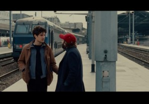 Lous garrel ( Abel) et Vincent Macaigne ( Clément ) , sur le quai de la gare du Nord en l'attente de Moan