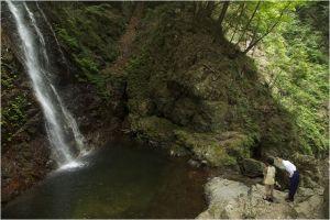 Mizuki et Yusuke devant la Cascade qui ouvre un passag evers l'au delà ...
