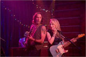 Ricki ( Meryl Streep ) sur scène dans le pub aux côtes de son guitariste ( Rick Springfield)