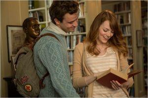 L'étudiante ( Emma Stone )  et son petit ami ( Jamie Blackley