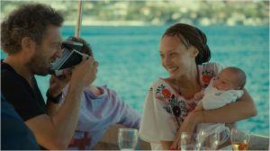 Tony ( Emmanuelle Bercot) et Giorgio ( Vincent Cassel) avec leur enfant