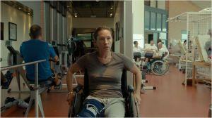 Tony ( Emmanuelle Bercot ) en salle de réeucation après son accident de ski...