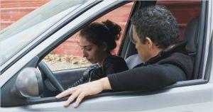 la fille cadette Souad ( Kenza Noah Aïche ) en compagnie de son père ( Chawki Amari )