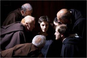 Benedetta ( Lidiya Liberman) entourée de ses accusateurs ...