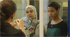 Fatima (Sonia Zeroula ) et sa fille ainée Nesrine ( Zita Hanrot )