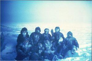 un équipage dans la froid de l'Antartique