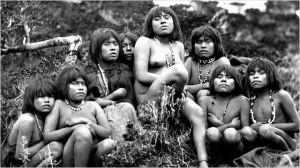 Photo de groupe d'une tibu indigéne de Patagonie
