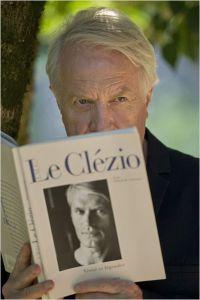 Jeu de miroirs : ndré Dussolier  tient dans sa  main  l'ouvrage de  Jean-Marie Gustave Le  Clézio