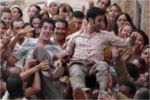 La scène de libération des oposants au Shah . retour triophal dans la petite ville ...