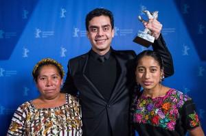 Jyaro Bustamante  en compagnie de ses deux comédienns ( Maria Telon  et Maria Mercedes  Coroy )  ,  au Fesival de  Berlin